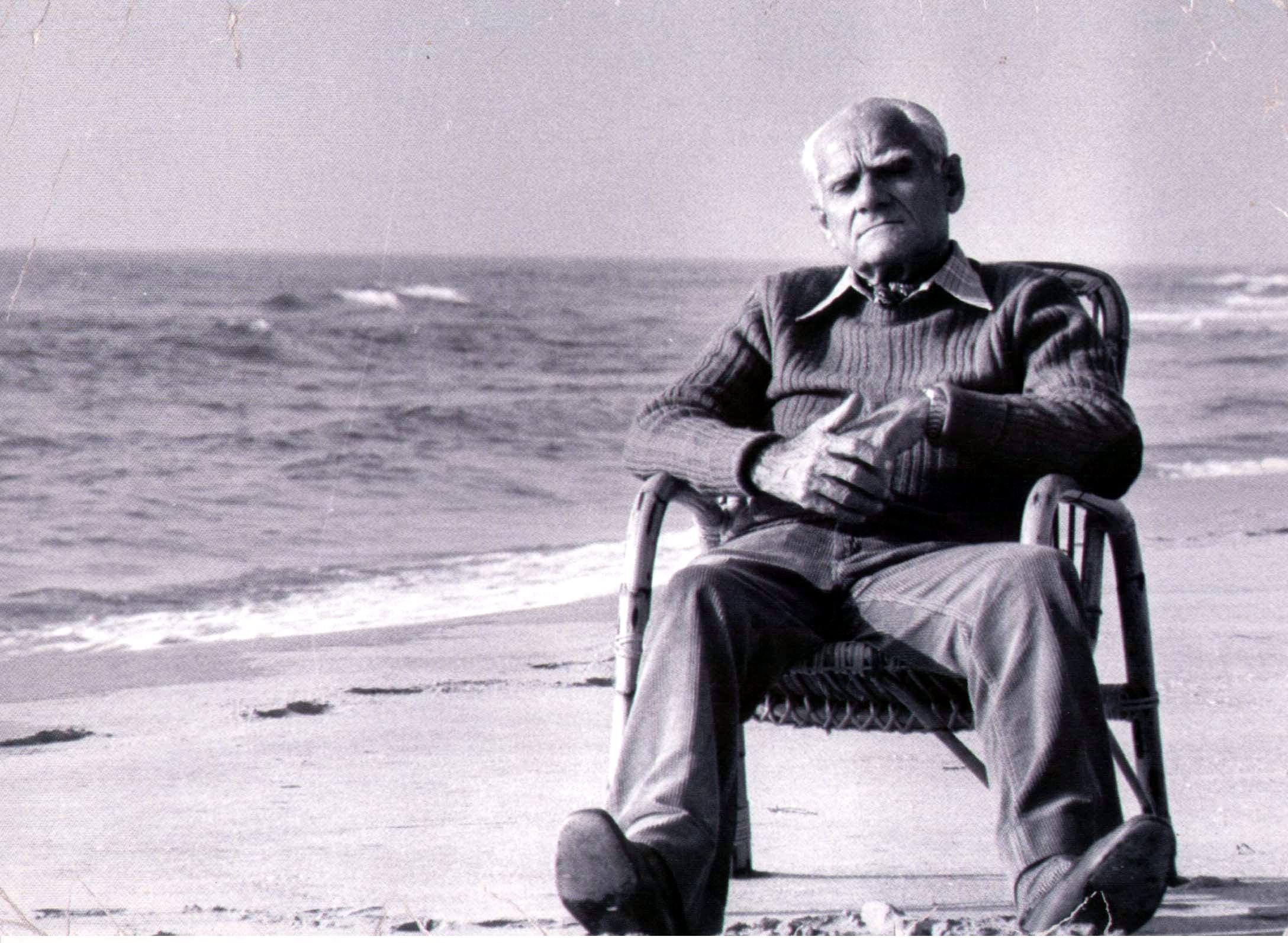 Alberto Moravia sulla spiaggia di Sabaudia, (Moravia Album privato 2005, foto di Mimmo Frassineti)