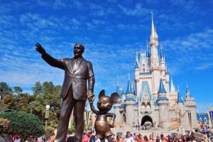 la statua di Walt Dosney eretta a Disneyland, mentre tiene per mano la sua prima creatura, il suo simbolo