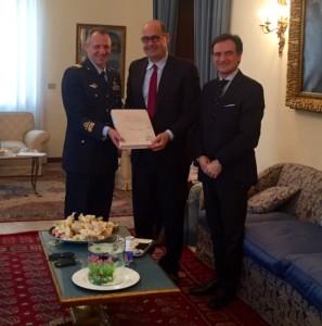 """Il libro """"Nido d'Acquile"""" viene consegnato al Presidente della Regione Zingaretti da parte del Generale Sgamba e dal Prefetto Faloni"""